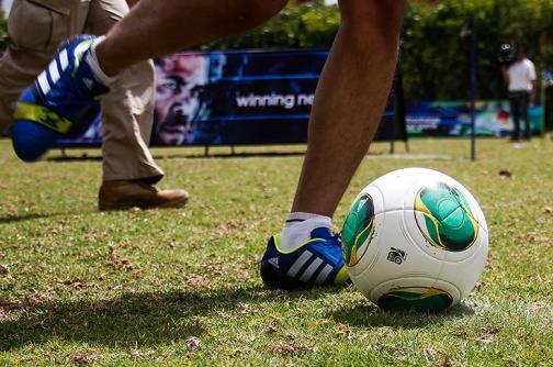 Jugar fútbol está de moda, aprenda a practicarlo evitando las lesiones