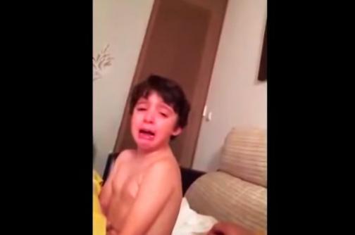 El viral del día: niño hincha del Sevilla llora por la salida de Carlos Bacca