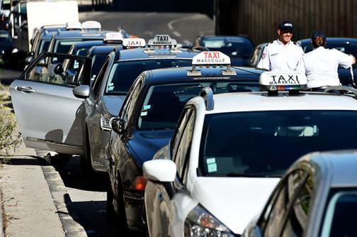 Tras protestas de taxistas, 'UberPOP' suspende su servicio en Francia