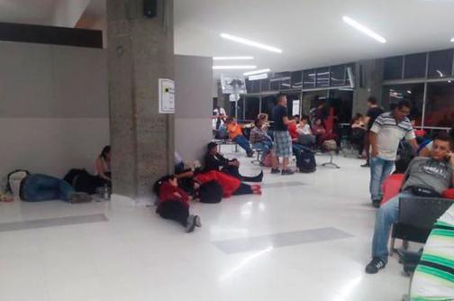 Por cancelación de vuelo de Viva Colombia, pasajeros amanecieron en el Bonilla Aragón