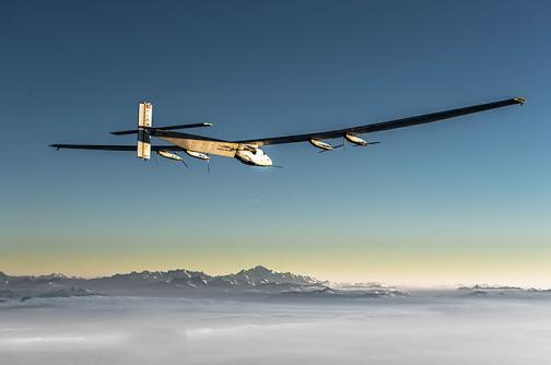 Avión 'Solar Impulse' aterriza en Hawái, batiendo récord de 120 horas de vuelo
