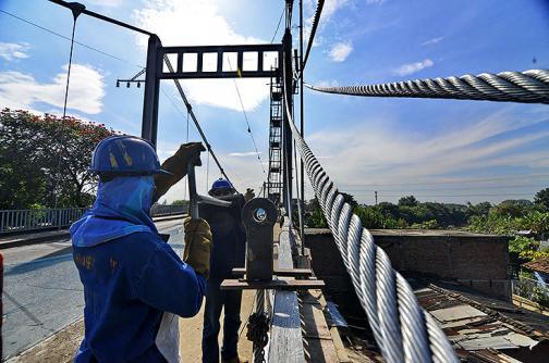 Ponen cables a puente de Juanchito