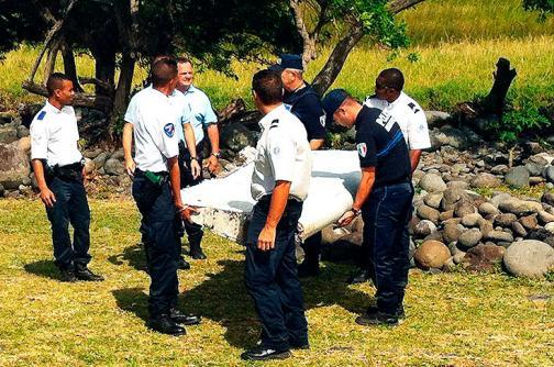 Llegan a París restos de avión para determinar si son del Boeing de Malaysia Airlines