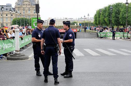 Disparan contra conductor que violó cordón de seguridad del Tour de Francia