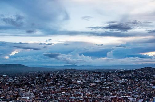 Hallan dos cadáveres colgados de un puente al oeste de México