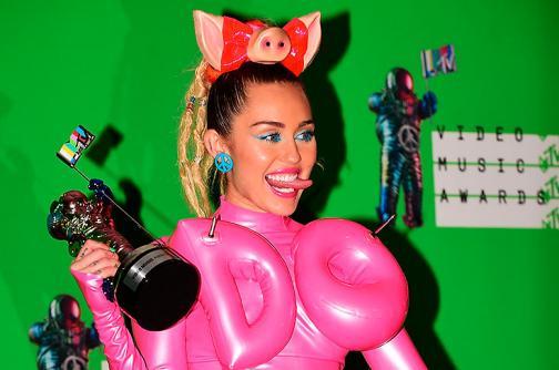 En fotos: los excéntricos vestidos que se robaron las miradas en los MTV 2015