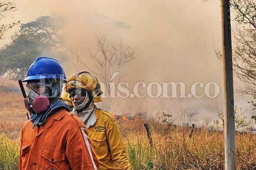 En fotos: el voraz incendio que prendió las montañas de Menga