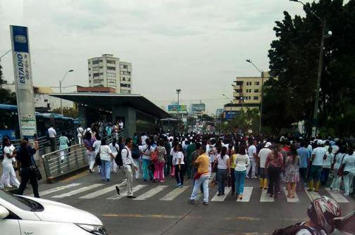 Continúan protestas de trabajadores del HUV por atraso en pago de salarios