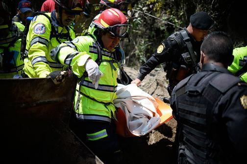 Rescatistas en Guatemala continúan en la zona a la espera de hallar sobrevivientes