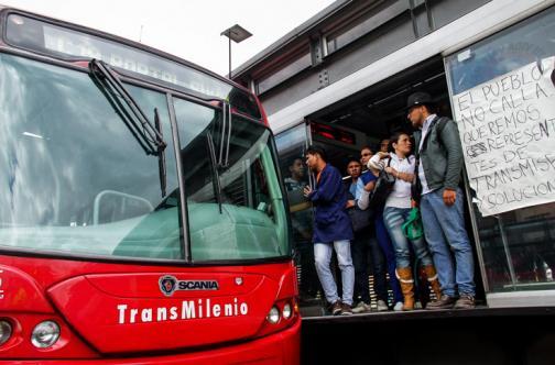 Falleció una estudiante esperando ambulancia en estación de Transmilenio