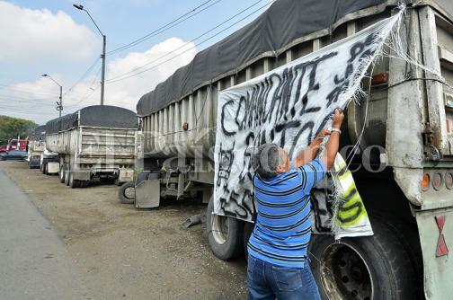 En imágenes: camioneros en el Valle retoman labores tras levantamiento del paro