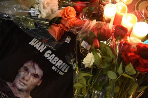 En imágenes: entre flores y canciones, fanáticos lloran la partida del 'Divo de Juárez'