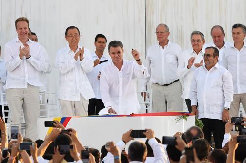 En fotos: las lágrimas, las sonrisas y los abrazos del acuerdo de paz en Cartagena