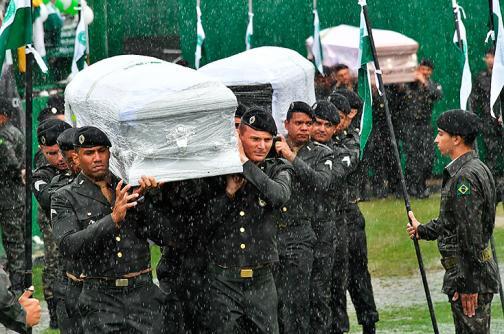 En fotos: bajo un día lluvioso, Chapecó le dice adiós a víctimas de tragedia aérea