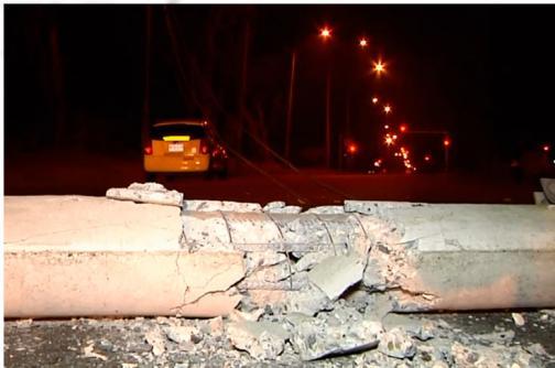 Video: taxi derrumba poste en la Avenida Simón Bolívar, sur de Cali
