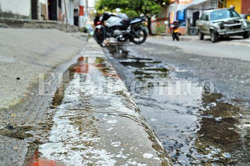 Denuncia ciudadana: desperdicio de agua por un viejo daño en el nororiente de Cali