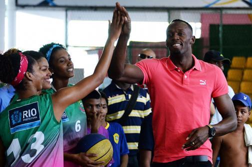 Usain Bolt visita favela de Río de Janeiro