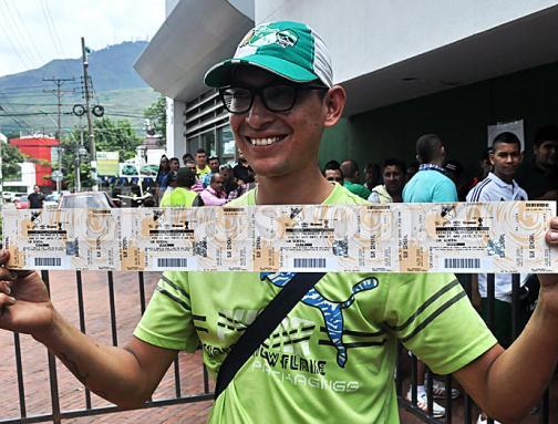 La afición del Deportivo Cali le madrugó a la compra de boletas