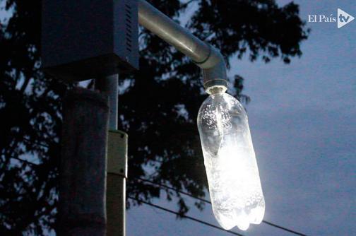 En video: 'un litro de luz' ilumina las noches de un asentamiento en Cali