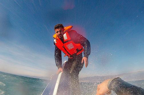 En video: salvan a refugiado sirio de hundirse en el mar, así fue el rescate