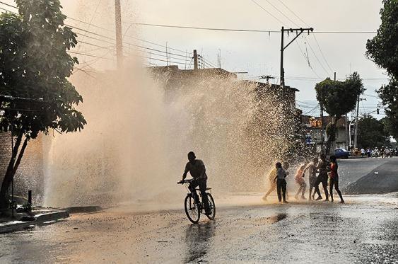 Video: ¡plena ola de calor y por un daño se derrocha agua por montones!