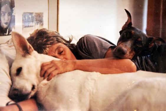 Liliana puede dormir arrunchada toda la noche con sus perros y gatos. Ya firmó para que en caso tal, le apliquen la eutanasia a ella y a los animales de compañía que le sobrevivan.<br>Foto: Especial para El País