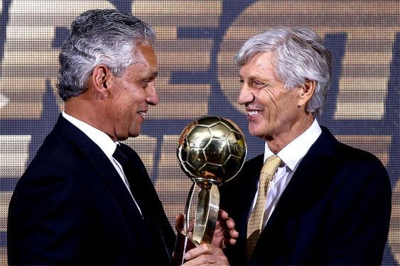 José Pékerman le entregó a Reinaldo Rueda el premio al mejor técnico del 2015 en la Liga Águila. <br>Mauricio Alvarado- Colprensa