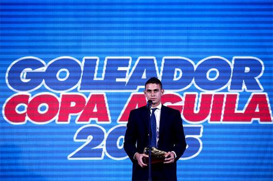 Rafael Santos Borré recibió el premio al goleador de la Copa Águila 2015. <br>Mauricio Alvarado- Colprensa