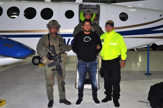 Yony Alberto Grajales Álvarez, alias 'Guajiro' en el momento de su traslado a Bogotá. <br>Cortesía Policía Nacional