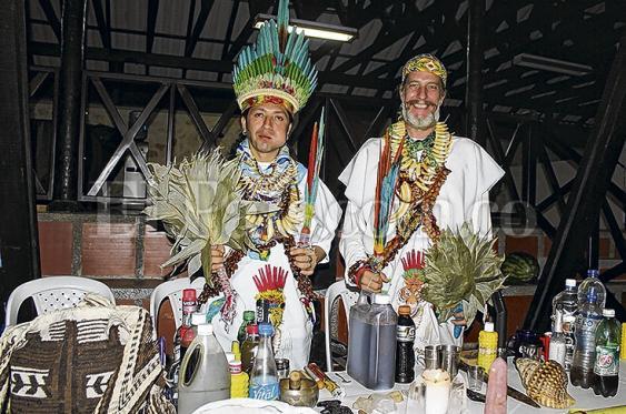 Mayor Tesi Pancore, de la comunidad muisca, y Eric Van den Hove, minutos antes de comenzar ritual de Yagé.<br>Jorge Orozco   El País.