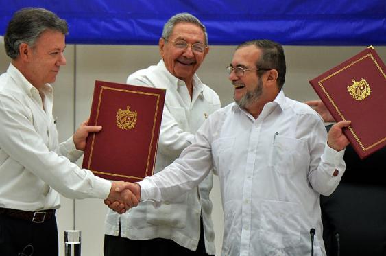 En dos oportunidades el presidente Juan Manuel Santos y 'Timochenko', jefe máximo de las Farc, se han encontrado en Cuba para firmar acuerdos de paz. El primero, de Justicia y el segundo, cese el fuego bilateral y de hostilidades y dejación de armas. Foto: Elpais.com.co| AFP