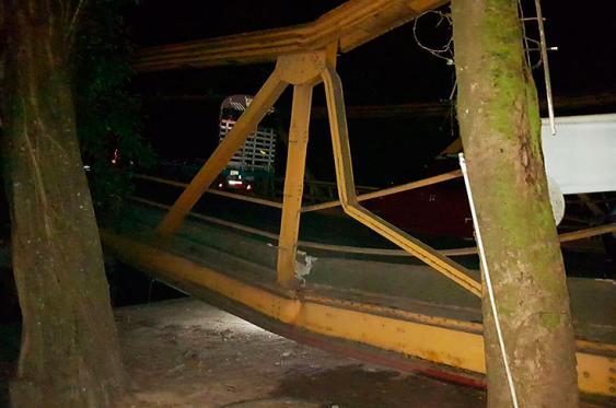 Los vehículos aún permanecen sobre la estructura caída sobre el río Charte, en el municipio de Yopal, Casanare. Foto: Elpais.com.co | Colprensa (Redes Sociales)<br>