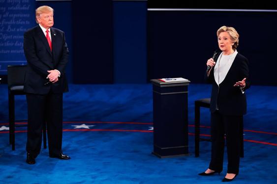 Hillary Clinton y Donald Trump durante el segundo debate presidencial de nuevo se enfrascaron en un cruce de ataques personales dejando d elado las propuestas. Foto: Elpais.com.co | AFP