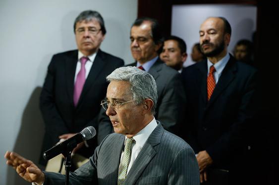 El senador Álvaro Uribe y miembros del Centro Democrático después de las reuniones sostenidas con el Gobierno sobre ajustes al acuerdo de paz. Foto: Colprensa