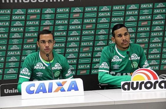 Canela (derecha), futbolista fallecido del Chapecoense.<br>