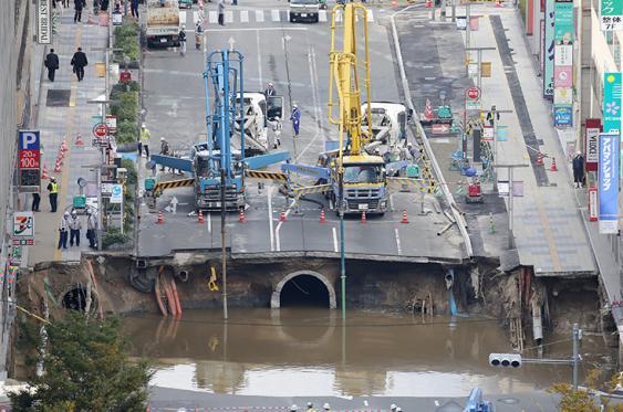 Así se veía la avenida de cinco carriles de la ciudad de Fukuoka, antes de ser reparada. <br>Foto: AFP