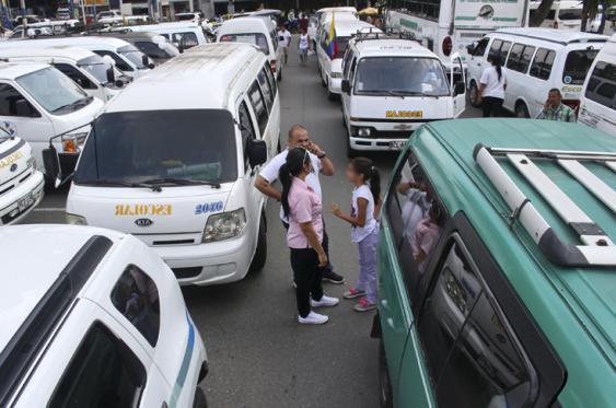 Un grupo importante de vehículos del transporte especial salieron en caravanas a protestar por la medida del pico y placa que afecta a los carros de hasta cinco pasajeros.<br>Bernardo Peña l El País