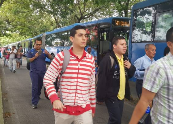 Passengers from MÍO take off buses at Calle 5.