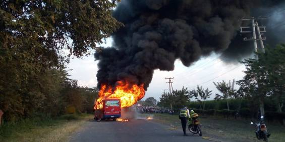 Incendian bus involucrado en accidente en la vía Florida - Candelaria