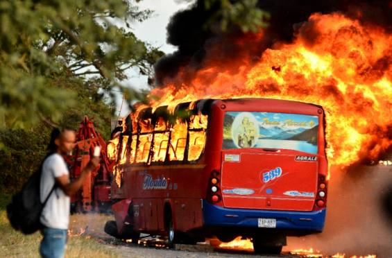 Incendian bus involucrado en accidente en la vía Florida - Candelaria 02
