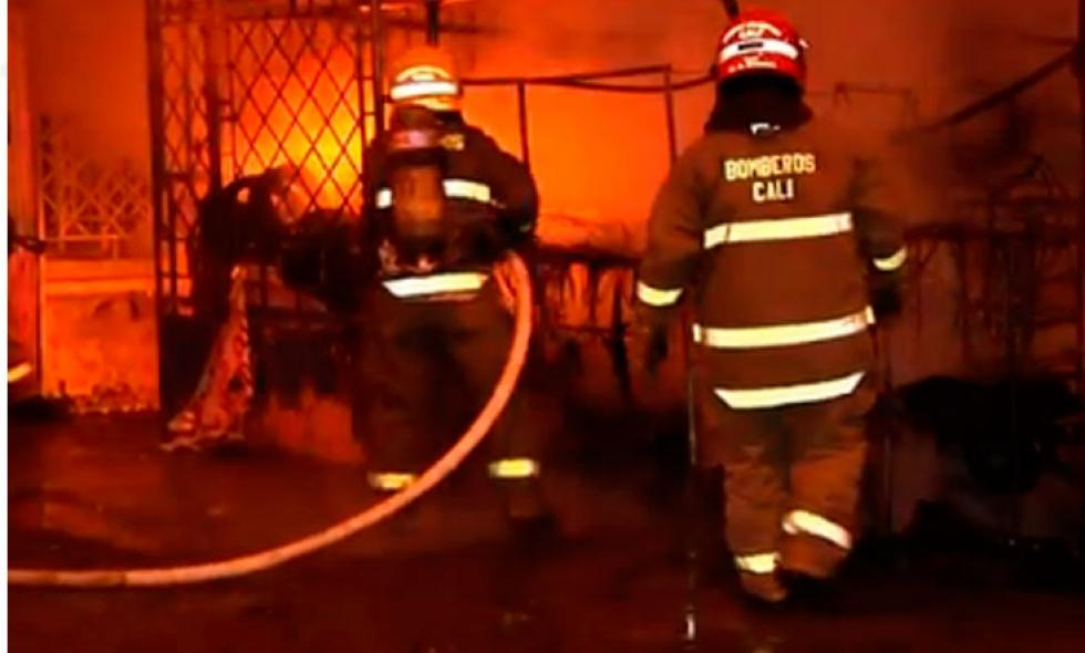 Video: incendio consume bodega de llantas en San Judas, suroriente de Cali