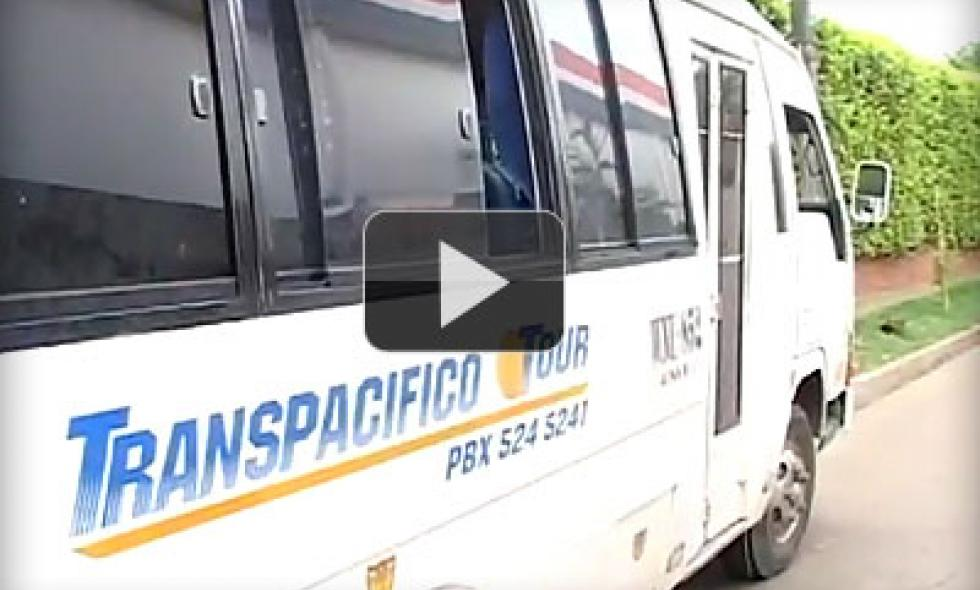 Video: tapa de alcantarilla genera accidente de bus escolar en el sur de Cali