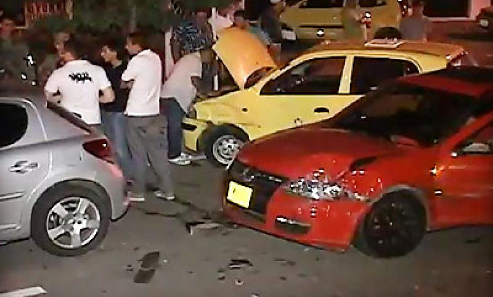 Video: por pasar en semáforo en rojo, conductor ocasiona accidente múltiple