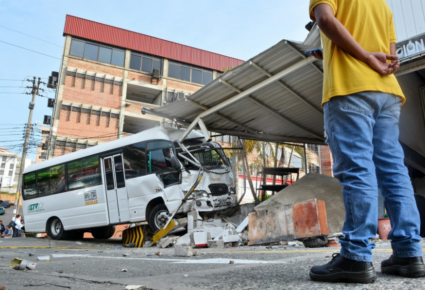 Accidente de bus escolar en la U. Libre