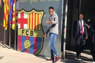 Video: Yerry Mina posa en las oficinas del Barcelona