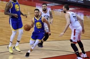 Los Warriors ganan a los Raptors y mantienen viva la final de la NBA
