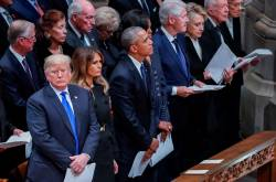 En video: Trump no saluda a los Clinton en funeral de George H.W. Bush